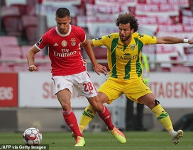 Cổ động viên ném đá khiến 2 cầu thủ Benfica nhập viện