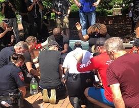Cảnh sát Mỹ rửa chân cho lãnh đạo tôn giáo da màu để xoa dịu căng thẳng
