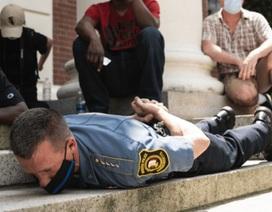 """Cảnh sát trưởng Mỹ gây tranh cãi vì """"giả chết"""" cùng người biểu tình"""