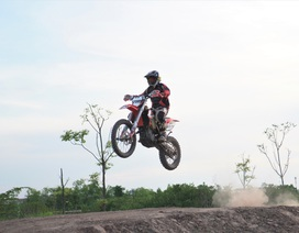 Độc đáo mô tô bay trên đường đua địa hình đầu tiên ở Hà Nội