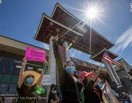 Chủ tiệm nail gốc Việt tại Mỹ biểu tình đòi mở cửa