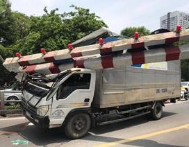 Xe tải đâm sập thanh hạn chế chiều cao cầu vượt Thái Hà, tài xế... bỏ đi
