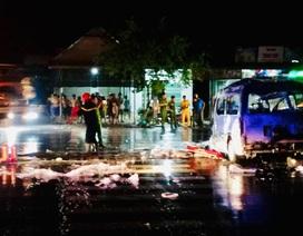 Xe cấp cứu bốc cháy dữ dội, 7 người trong xe bị thương nặng
