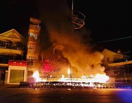 Cột đèn trang trí giữa vòng xoay bốc cháy dữ dội trong đêm
