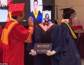 Trung Quốc: Robot thay sinh viên nhận bằng tốt nghiệp