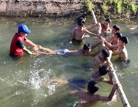 Thầy giáo ngăn dòng dạy bơi miễn phí cho học sinh