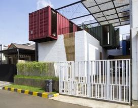 """Biệt thự """"không móng"""" làm từ 4 chiếc container độc đáo ở Indonesia"""