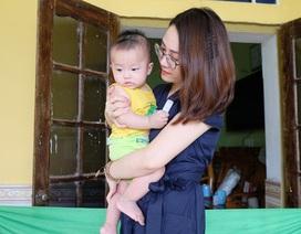 Cháu bé 5 tháng tuổi mất gia đình dưới gầm xe tải được bạn đọc giúp đỡ