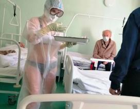 Nữ y tá mặc bikini dưới đồ bảo hộ trở thành người mẫu