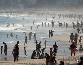 Hơn 51.000 người chết vì Covid-19, dân Brazil vẫn đổ xô tới bãi biển