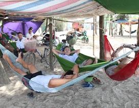 Người dân đổ ra bờ biển dựng lều, mắc võng tránh nóng
