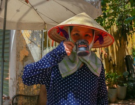 Những bình trà đá, nước mát miễn phí giữa nắng nóng thiêu đốt tại Hà Nội