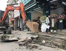 Phá dỡ hàng loạt bục bệ bít cống gây úng ngập trên phố Hà Nội