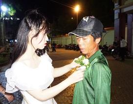 Người thợ xây rưng rưng nhận đóa hoa tri ân của con gái