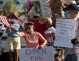 """Hàng loạt bang của Mỹ ngừng mở cửa vì """"sóng thần"""" Covid-19 trở lại"""