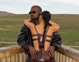 Kim Kardashian mặc đồ lạ mắt, tình tứ bên chồng