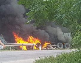 Xe container lao vào vệ đường rồi bốc cháy