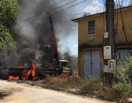 Cần cẩu vướng dây điện, tài xế tử vong trong xe tải bốc cháy