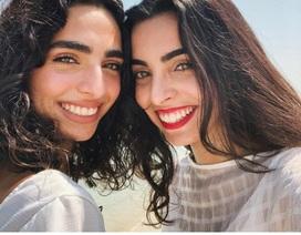 """Khó tin: Hai cô gái giống nhau như đúc dù """"khác cha, khác mẹ"""""""