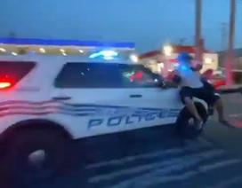 Video xe cảnh sát Mỹ lao qua đám đông biểu tình