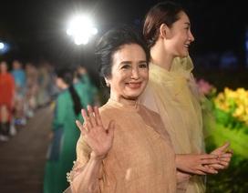 NSND Trà Giang cùng dàn người mẫu trình diễn 1000 mẫu áo dài tại Văn Miếu