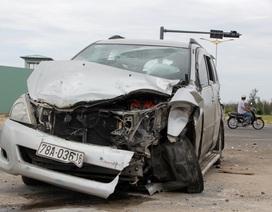 Ô tô 7 chỗ va chạm với xe tải, 4 người nhập viện