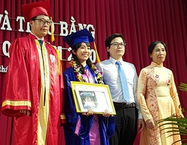 Mời phụ huynh lên bục nhận thưởng cùng con trong lễ tốt nghiệp Đại học