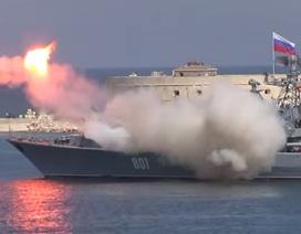 Tàu khu trục Nga phóng hỏng tên lửa trong lễ kỷ niệm hoành tráng