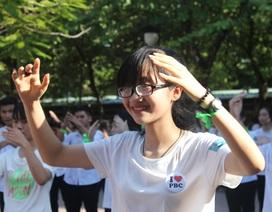 Teen lớp 10 Phan Bội Châu tưng bừng nhảy flashmob nhập trường