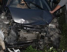 Ô tô chết máy ngay trước mũi tàu hỏa, tài xế thoát chết trong gang tấc