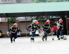 Lính cứu hỏa mướt mồ hôi luyện phương án đấu với giặc lửa