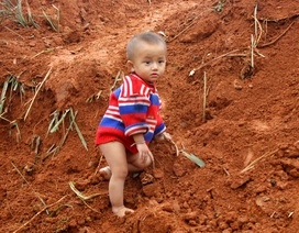 Những đứa trẻ phong phanh áo mỏng, chân trần trong giá rét