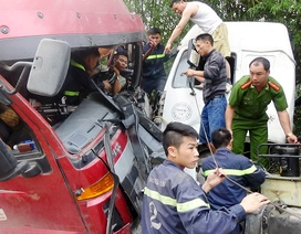 12 cảnh sát giải cứu tài xế mắc kẹt trong ca bin