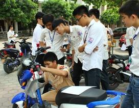 CSGT đến tận trường làm thủ tục đăng kí xe máy điện cho học sinh