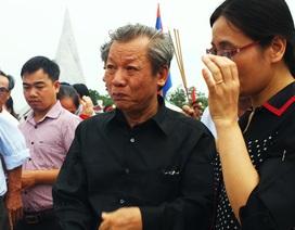 Con trai tóc bạc nghẹn ngào đón cha trở về từ chiến trường Lào