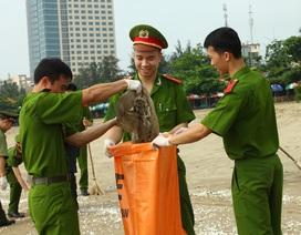 Chiến sỹ trẻ chung tay làm sạch bãi biển, hỗ trợ ngư dân