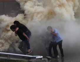 Cảnh sát PCCC giải cứu 200 người mắc kẹt trong tình huống cháy nổ giả định