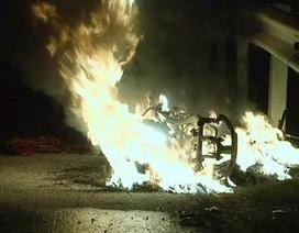 Thấy nóng dưới chân, hoảng hồn phát hiện xe máy bốc cháy