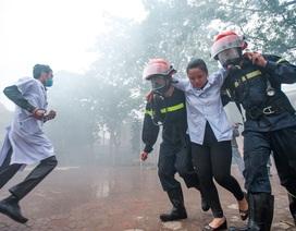Bác sỹ, y tá giải cứu bệnh nhân trong tình huống cháy lớn