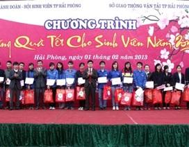 Tặng vé xe và quà cho gần 1.000 sinh viên về quê ăn Tết