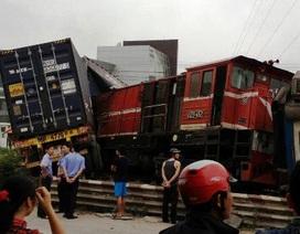 Cả đoàn tàu tông trực diện, xé đôi container