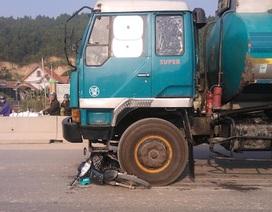 Xe bồn chở xăng tông xe máy, hai cô gái trọng thương
