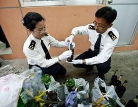 """Phanh phui """"công nghệ"""" đánh hàng iPhone… trong chai bia"""