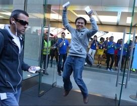 """Hình ảnh trong ngày đầu tiên iPhone 5S và iPhone 5C """"lên kệ"""""""