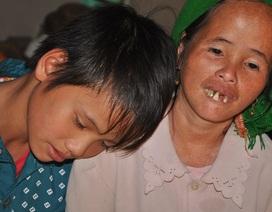 Nước mắt bé 13 tuổi chăn bò thuê nuôi mẹ