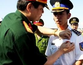 """Thuyền trưởng tàu Cảnh sát biển nhận huy hiệu """"Tuổi trẻ dũng cảm"""""""