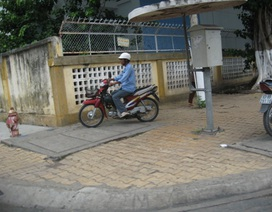 Một cụ ông nằm chết bất thường bên đường