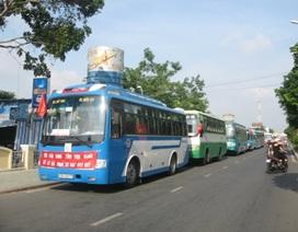 """Hàng chục xe xếp hàng trước cổng UBND tỉnh phản đối """"xe vua"""""""