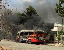 Xe buýt đang đậu bỗng dưng bốc cháy ngùn ngụt