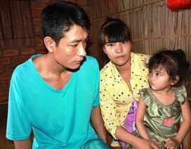 Bé 3 tuổi ngơ ngác khi cha bị mù, mẹ bệnh tim hiểm nghèo